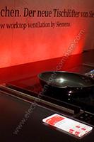 IFA 2015 : Siemense expose une hotte intégrée à côté d'une table de cuisson dans le plan de travail